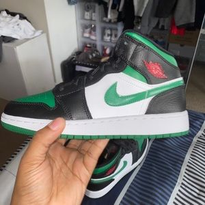 Dead stock Air Jordan 1 mid pine green size 5Y